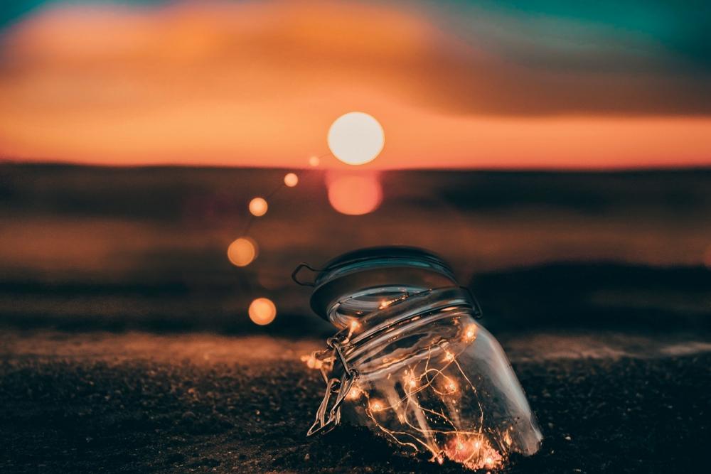 een ondergaande zon en een potje licht