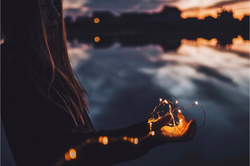 rustige zonsondergang met lichtjes