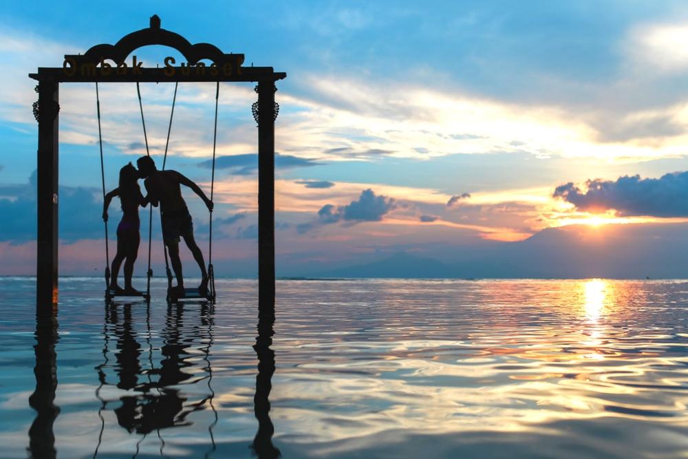 verliefd stel op een schommel in zee