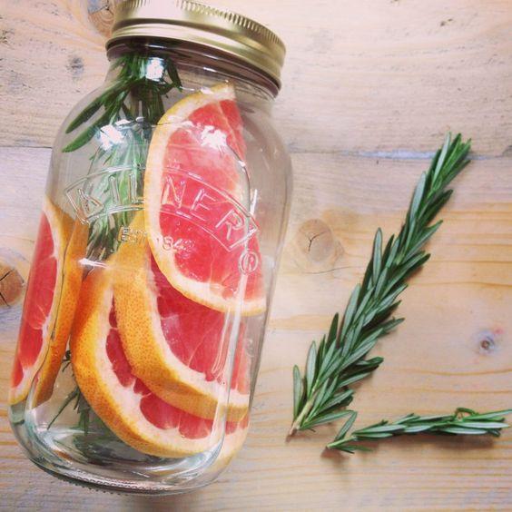 Detox water met grapefruit en rozemarijn